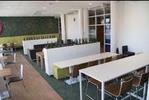 Inspiration / Inspiratie Nova College Personeelsruimte / Het Nova College staat voor 'aandacht, veilig en thuis'. In de personeelsruimte werden deze kernwaarden aangevuld met 'rust' en 'verfrissend'. Voor het benadrukken van de hoogte van de ruimte, loopt het tapijt door op de wand. Hierdoor ontstaat een intiem en veilig gevoel. Frisse groentinten in combinatie met houten en witte elementen zorgen voor een verfrissende, rustige uitstraling.