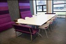 Inspiration / Inspiratie Nova College Zijlweg Vergaderruimte / In lijn met de ideeën van het Nova Collega is deze vergaderruimte  'anders dan anders':  Hoge wandbanken en tapijt dat doorloopt op de wand geven een gevoel van comfort. Heldere roze en paarse tinten gecombineerd met grijs en wit  zorgen voor de moderne presentabele uitstraling. Flexibiliteit wordt gerealiseerd door verrijdbare tafels en een diversiteit aan zitelementen.