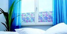 YAPIŞKAN CAM FOLYOSU / Kendinden yapışkanlı cam folyolarını plastik veya cam yüzeylere rahatlıkla uygulayabilir,sıkıldığınız zaman tekrar kolaylıkla sökebilirsiniz.