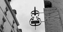 Enseigne / Les Enseignes - Paris en Images / « L'enseigne occupe une place toute particulière dans la culture matérielle. Signe de l'avancement économique et commercial d'une collectivité, elle symbolise la singularité d'une entreprise, par rapport à une autre... Avec l'extension et le peuplement des villes au XIIIe siècle comme Paris, la nécessité se fait sentir de distinguer les maisons les unes des autres avec des enseignes servant de repère … » Wikipédia   Découvrez notre sélection d'images issues de notre site Paris en Images.