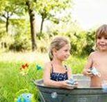 Ab nach draußen! / Ab ins Grüne, den Sommer genießen! Und was gibt es cooleres, als eine Seifenblasenpistolen-Schlacht zu starten oder im Freibad mit einem stylischen Badering zu spielen?!