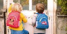Kleine Freunde / Es ist so aufregend! Das erste Taschengeld, das erste eigene Kinderportemonnaie und zum ersten Mal mit der Kindertasche zum Kindergarten. Von Trinkflasche und Brotdose bis hin zu den geliebten Spielfiguren – in den niedlichen Rucksäcken von Die Spiegelburg findet alles seinen Platz. Diese Produkte sind wahre Freunde für Ihre Kleinsten.
