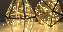 Oświetlenie dekoracyjne / Lampki dekoracyjne led tworzące niesamowity klimat we wnętrzu. Idealnie sprawdzą się w chłodne jesienne wieczory dodając blasku i przytulności w pomieszczeniu. Lampki dekoracyjne led mają to do siebie, że są energooszczędne i się nie nagrzewają. Mogą świecić całą noc tworząc przyjemny półmrok