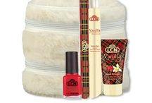 Vanilla & Cranberry Shortbread / It's the most wonderful time of the year ... Wer liebt sie nicht, die schöne Winterzeit? Wenn die ersten Schneeflocken rieseln, die Weihnachtsmärkte ihre Pforten öffnen und frisch gebackene Plätzchen die Luft mit ihrem süßem Duft erfüllen. Den herrlichen Duft von Vanille-Buttergebäck mit einer frischen Cranberry-Note können Sie diesen Winter sogar auf Ihrer Haut tragen. Damit locken Sie ganz sicher nicht nur den Weihnachtsmann an. Aber Vorsicht: Diese Pflegeserie macht süchtig!