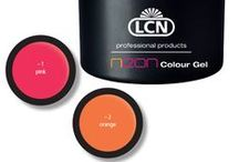 New Colour Gels / Die deckenden Colour Gele enthalten intensiv schimmernde Glitterpigmente, die Ihre Nagelmodellage sowohl als Fullcover als auch als French oder Nailart perfekt in Szene setzen. //   Magische Farbreflexe spiegeln sich auf den Nägeln und wechseln je nach Lichteinfall und Blickwinkel wie von Zauberhand die Effekte. // Neon-Trend: Wir leuchten um die Wette! Je greller, desto besser!
