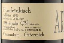 """Wino - Austria - Carnuntum / Region rozciągnięty wzdłuż południowego brzegu Dunaju, pomiędzy Wiedniem, a granicą ze Słowacją, znany z odmiany Zweigelt, który pokazuje tu swoje najbardziej """"męskie"""" oblicze. Oprócz Zweigelt, może pochwalić się znanymi szczepami austriackimi: biały Gruner Veltliner i czerwony Blaufrankisch, oraz Pinot Gris i Pinot Blanc (Weissburgunder). Najbardziej oryginalnym winem regionu jest """"Gemischter Satz"""" - wino pochodzące z kupażu różnych szczepów. Tyle dobrodziejstwa a winnic raptem 950 hektarów."""