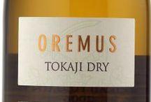 """Wino - Węgry - Tokaj / Tokaj, rozsiany na 11 wulkanicznych wzgórzach Zemplen, odbudował swój styl i niepowtarzalność win Aszu, doszły też dwa nowe oblicza regionu: słodkie wina """"late harvest"""" i wspaniałe, z osobowością wina wytrawne. Duża w tym zasługa tradycji lokalnych winiarzy, którzy na początku XVII w. spisali prawa dotyczące produkcji ich największego skarbu. Na pewno jest to też zasługa lokalnego klimatu, bazaltowego podłoża i wyjątkowych odmian: Furminta i Harslevelu, których połączenia dają wspaniałe efekty."""
