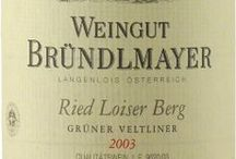 Wino - Austria - Kamptal / Kamptal to czołówka nie tylko winiarstwa austriackiego, ale białego winiarstwa świata w ogóle. Mnogość producentów pierwszej klasy zdolnych wyprodukować tak szlachetne i eleganckie wina białe jest wręcz niewiarygodna. Najważniejszymi odmianami regionu to Gruner Veltliner i Riesling. W regionie uprawia się także czerwone Blaufrankisch i Zweigelt, jednak pomimo równie wysokiej jakości, wielkość ich upraw stanowi raczej wisienkę na torcie, którego biszkoptem i kremem są odmiany białe.