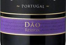 Wino - Portugalia - Dão / Jeden z regionów tradycyjnego winiarstwa portugalskiego, w którym przemiany rozpoczęły się w połowie lat 90-ych XX wieku. Klasyczne wina białe tego regionu, tworzone głównie z odmiany Encruzado, były lekkimi winami codziennymi, dziś są winami pełnymi ekstraktu i ciekawej, słodkiej mineralności. Większą zmianę odnotowano w winach czerwonych, do produkcji których wykorzystuje się Touriga Nacional i Tinta Roriz - soczyste i owocowe, o równie tęgiej, co miękkiej strukturze.