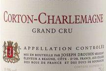 Wino - Francja - Burgundia / Burgundy, oparte głównie na szczepach Chardonnay i Pinot Noir, potrafią pięknie ewoluować, rozwijać coraz szersze spektrum ulotnych aromatów jednocześnie będąc winami subtelnymi i soczystymi. Właśnie za finezję aromatów burgundy ceni się najbardziej. Mniejsze wina tego regionu korzystają także z dobrodziejstw mniej znaczących odmian regionu: białej Aligote i czerwonego Gamay, które zdominowało najbardziej południową część regionu – granitowe Beaujolais.