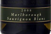 Wino - Nowa Zelandia - Marlborough / Najważniejszy region Wyspy Południowej, mianowany przez miłośników Sauvignon Blanc nową stolicą Tego szczepu. Jest to najbardziej rasowy, a zarazem pociągający styl tego szczepu na całym świecie. Marlborough to nie tylko Sauvignon, pierwsze skrzypce areałem nasadzeń odgrywa Chardonnay, odnajdziemy też Pinot Gris i Rieslinga, dających równie atrakcyjne i soczyste wina. Najważniejszym czerwonym szczepem jest Pinot Noir, dający intensywne w smaku i aromacie wina zbliżone do burgundów.