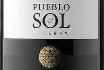 """Wina - Urugwaj - Canelones / Urugwaj jest czwartym najważniejszym producentem wina w Ameryce Południowej. Winnice Urugwaju znaleźć można na pofałdowanych wzgórzach wokół Montevideo. Na południowym zachodzie kraju uznaniem cieszą się – Colonia i Carmelo. Natomiast w regionie południowym ceniony jest Canelones - jego nazwa pochodzi od dwóch niewielkich jezior zwanych canelone (po hiszpańsku """"naleśnik""""). Popularnym szczepem jest Tannat, który okazał się łatwy w uprawie."""
