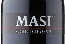 Wino - Włochy - Friuli-Wenecja Julijska / Uważana, obok Alto Adige, za region oferujący najlepsze i najciekawsze wina białe. Najczęściej są oparte na lokalnych szczepach Fruliano i Ribolla Gialla. Poważany jest tu Sauvignon Blanc - szablon włoskiego wina tego szczepu i wymieniany zaraz po winach Loary wśród najlepszych na świecie. Lokalne Pinot Grigio, Pinot Bianco, Chardonnay i Traminer konkurują na arenie międzynarodowej. Czerwone wina to przede wszystkim Refosco.