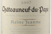 Wino - Francja - Dolina Rodanu / Północna część doliny zdominowana jest przez szczep Syrah. W apelacji Hermitage potrafi on dać wina wybitne, jedne z najlepszych na świecie. Wiodącym winem białym tej części doliny jest Condrieu, zawdzięczające swój niepowtarzalny styl odmianie Viognier. Południowa część regionu jest bardziej różnorodna, a głównym szczepem jest tu Grenache. Gwiazdą południa jest Chateauneuf du Pape.