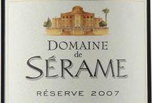 Wino - Francja - Langwedocja - Roussillon / Langwedocja przyspieszyła i podniosła jakość i prestiż oferowanych przez siebie win i ich producentów. Oprócz wysyłania w świat wielu wspaniałych, nowoczesnych białych i czerwonych win odmianowych o przystępnych cenach, potrafiła zachować i rozwinąć klasę starych apelacji, takich jak Minervois, Faugieres czy Saint-Chinian, których wina tradycyjnie zestawiano z kilku odmian. Prym w tym regionie wiodą Syrah, Cinsault, Mourvedre, lecz spotkamy tu praktycznie całą paletę szczepów francuskich.
