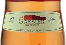 Wino - Francja - Prowansja / Znana od wieków jako producent wspaniałych win różowych, których jest głównym producentem we Francji. Najczęściej sadzonymi odmianami czerwonymi są Cinsault i Grenache, a w ślad za nimi podążają Syrah, Mourverdre i Fuella. Szczególnie Mourvedre zasługuje na uwagę, jako główny odpowiedzialny za najlepsze wina czerwone regionu – Bandol. Odmianami białymi, które znajdziemy w regionie są przede wszystkim Rolle i Chardonnay.