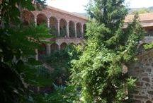 Lesbos 2012 / Klooster/Monastery Limonos - Lesbos - Greece. Het enorme Limonos Klooster even ten noorden van Kallonis werd gesticht in 1523 en vormde tijdens de Turkse bezetting het intellectuele centrum van Lesbos. Het klooster heeft zich in de loop der tijden flink uitgebreid. Het binnencomplex van het klooster is volgens een eeuwenoude traditie verboden voor vrouwen. In het klooster zijn diverse musea gevestigd.