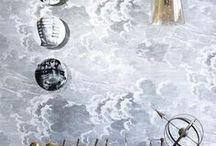 FORNASETTI / Kanske är det den skandinaviska minimalismen som har gjort att vi har tagit Fornasettis vackra mönster till våra hjärtan. Det är mycket mönster, som gränsar till konst. Det är något speciellt med mönsterkonstruktionen, dramatiken och färgerna som gör det till eviga klassiker.  Piero Fornasetti är en sann designikon och vi har alltid haft en förkärlek för hans mönster på tapeter. Fornasetti var en bildkonstnär, skulptör, inredningsarkitekt och gravör från Milano som verkade på 50-talet.