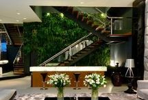 Jardins Verticais / Formado por contêineres de floreiras ou vasos, este sistema (Mamute ou Canguru) é projetado para reservar água e repassar o excedente ao vaso de baixo, formando um efeito cascata até o último recipiente.