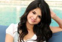 Selena Gomez /  es una actriz, cantante, diseñadora de moda, productora ejecutiva, filántropa y bailarina estadounidense.A partir del 2006, apareció en diversas series del canal de televisión Disney Channel como The Suite Life of Zack and Cody y Hannah Montana.6 7 Asimismo, filmó algunos spin-off que el canal no emitió.