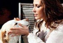 Malú / María Lucía Sánchez Benítez (Madrid, España, 15 de marzo de 1982), popularmente conocida como Malú. Con más de 2 millones de copias vendidas de todos sus discos1 posee una de las carreras musicales más sólidas y asentadas del panorama nacional español, obteniendo así numerosos reconocimientos, entre ellos la nominación a los Grammy Latinos 2011 en la categoría de «Mejor Álbum Vocal Pop Femenino». Asimismo, ha realizado colaboraciones con multitud de artistas.