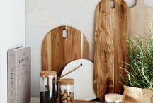 Küchenutensilien – funktional und dekorativ / Hochwertige Schneidebretter, Schälchen und andere Küchenutensilien zum Einrichten und Bestücken der Küche.
