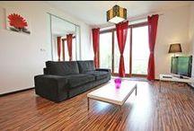 COSMO - przestronny apartament w Warszawie / COSMO to przestronny apartament w Warszawie, usytuowany przy ul. Emilii Plater. Zaprojektowany w nowoczesnym, minimalistycznym stylu i utrzymany w ciepłej kolorystyce. Lokalizacja apartamentu jest idealną bazą do zwiedzania Warszawy z racji swej centralnej lokalizacji blisko Dworca Centralnego, stacji metra oraz innych środków transportu. 2 pokoje, 56 m², 5 piętro. Więcej na: http://www.capitalapart.pl/warszawa_apartamenty/apartament_emilii__plater