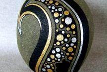 Stones / Kaiverrettuja ja maalattuja kiviä Koristeita ja koruja