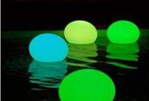Jeux de lumière / La lumière est magique : elle attire notre attention et nous invite à explorer. Dans la pédagogie Reggio, la lumière est considérée comme un médium d'apprentissage à part entière.