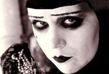 Whatsahall: 1900-1920-luvut / Musidora: Irma Vep. Lulu. Theda Bara. Muut ajan ikonit ja radikaalit naiset, vampit, jotka vaikuttivat tulevaisuuden gootteihin. Downton Abbey