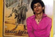 Whatshall: pinkki vaaleanpunainen pink / Nainen pukeudu miten haluat. Käytä mitä tahansa väriä haluat. Woman dress how do you want. Use any colour you adore. Never mind the bollocks on puoleksi pinkki. Ikonit: Pretty in pink: Johnny Thunders, Zsa Zsa Gabor, Miina Äkkijyrkkä, Barbara Cartland; vinyylit: Damned