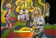 Whatshall: Ampiaispesä tupeeraus; from bouffant beehive into glam punk goth / Tupeeraus. 60-luvun kampaus eri viviahteineen: Patty Pravo, PIM, B 52s, Divine. Ennen tupeerattiin, että tukka kunnolla takutettiin, sitten siistittiin mahtavaksi palloksi. Sitten tuli Mike Monroe! Ja tukka sai olla pörheä