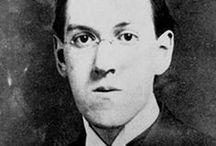 H.P. Lovecraft / Fue un escritor estadounidense, autor de novelas y relatos de terror y ciencia ficción. Se le considera un gran innovador del cuento de terror, al que aportó una mitología propia (los mitos de Cthulhu), desarrollada en colaboración con otros autores y aún vigente. Su obra constituye un clásico del horror cósmico, una corriente que se aparta de la temática tradicional del terror sobrenatural, incorporando elementos de ciencia ficción.
