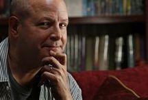 Mike Mignola / Mike Joseph Mignola (n. Berkeley, California; 16 de septiembre de 1960) es un artista estadounidense de cómics y escritor, famoso por crear la serie de cómics Hellboy para Dark Horse Comics. También ha trabajado para proyectos de animación como Atlantis: el imperio perdido y la adaptación de su one-shot, The Amazing Screw-On Head.