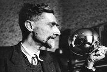 MC Escher / Maurits Cornelis Escher, más conocido como M. C. Escher, fue un artista neerlandés conocido por sus grabados xilográficos, sus grabados al mezzotinto y sus dibujos, que consisten en figuras imposibles, teselados y mundos imaginarios.  Su obra experimenta con diversos métodos de representar (en dibujos de 2 o 3 dimensiones) espacios paradójicos que desafían a los modos habituales de representación.