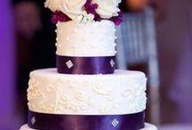 Wedding: Cakes / Vaniljbottnar fyllda med hallonmousse och rårörda hallon samt glasscreme, spacklade med vaniljsmörkräm och täckta med marsipan.