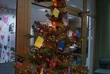 Choinki biblioteczne / Każdego roku bibliotekarze przygotowują ozdoby świąteczne i ozdabiają choinki - i każdego roku wyglądają one inaczej :)