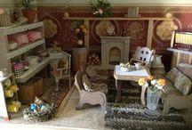 Puppenhaus / Ein großes selbstgebautes Puppenhaus mit 43 Zimmern, die alle liebevoll mit niedlichen handgebauten Möbeln und gehäkelten Teppichen und Gardinen etc. ausgestattet wurden.