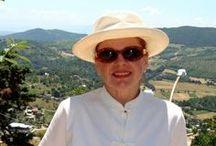 Barbara Athanassiadis Scrittrice-viaggiatrice / Ho cominciato davvero a viaggiare quando sono venuta a vivere in Italia. Lo devo al fatto che la bellezza dei suoi paesaggi, mi ha insegnato il gusto per i dettagli. È naturale allora che il bisogno che avevo di esprimere le mie impressioni di viaggio sia sorto dal mio amore per l'Italia, che a un certo punto ho deciso di far conoscere ai miei lettori dedicandole una trilogia http://www.barbaraathanassiadis.it/home