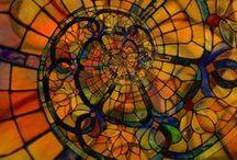 Vitral / Обладая богатым прошлым (древнейшая мозаика из небольших пластинок цветного стекла датируется 1 в. до н.э.), витражи и по сей день составляют неотъемлемую часть изысканного интерьера, придавая ему неповторимую индивидуальность.Подавляющее большинство современных витражей исполнено по методу Тиффани.