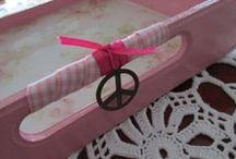 Bandejas / Bandejas pintadas y decapadas, decoradas en decoupage, protegidas con barniz y vidrio liquido; con detalles en cintas, dijes y lanas.