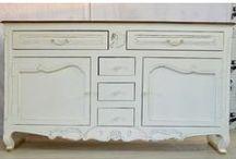 Kolekcja białe klasyczne / Indyjska drewniana komoda  Mebel został wykonany ręcznie w Indiach. Posiada solidną konstrukcję. Do jego budowy wykorzystano drewno akacjowe. Całość prezentuje się elegancko i szykownie.