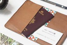 Porte passeport / leather cardholder for passport / Portefeuille/Porte-cartes en cuir véritable Pour le voyage, de taille correspondant à un passeport.  ◆ Caractéristiques ◆ ✓  2 compartiments pour des cartes de crédit type visa, bus, transport public ou autres.  ✓ Doublure en tissu ✓ Élastique . ✓ Pochette principale dimensionnée pour un passeport  Plié : 14 cm * 10 cm  Déplié 20 cm * 14 cm