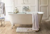 Stratifié Salle de Bain et Cuisine / Vous souhaitez rénover votre salle de bain ou votre cuisine ? Osez le parquet stratifié spécialement conçu pour les pièces humides grâce à sa couche supérieure hydrofuge.