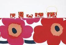 # Marimekko # / http://www.uaredesign.com/marques/marimekko.html La marque connaît un succès retentissant et présente aujourd'hui une large gamme de collections : vêtements, design d'intérieur, sacs, accessoires et textiles, sur lesquelles se déclinent une palette d'imprimés floraux, graphiques et chatoyants, à l'instar du cultissime motif Unikko. Exubérant et fonctionnel, contemporain et traditionnel, le design Marimekko, fort de ses contradictions, s'emploie à embellir le quotidien.