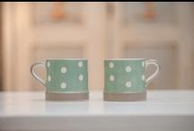 Colectia C&C / Colectia Shabby Chic C&C prezinta o serie de piese de bucatarie din ceramica care reunesc culori discrete calde, cu buline și dungi, completate de piese din stejar, colectia fiind de cea mai buna calitate.