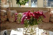 Sufragerie Shabby Chic / Shabby Chic este un stil aparte, perfect pentru orice incapere. Accentele romantice si florale ale stilului shabby chic sunt absolut incantatoare.