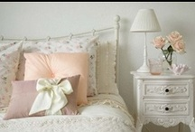 Dormitor Shabby Chic / Prin elementele romantice, stilul shabby chic poate fi aplicat cu usurinta in dormitor. Camera de dormit transformata prin decoratiuni shabby chic va fi o incapere calda, primitoare, inducand relaxare prin dominanta albului.