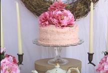 Prajituri Shabby Chic / Shabby Chic este un stil romantic, floral usor de aplicat in domeniul decoratiunilor interioare. Pentru ca preferinta pentru acest stil este in continua crestere, patiseriile din toata lumea ofera acum prajituri ornate in stil shabby chic.