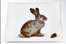 TIERISCH SERVIEREN / Durch eine besondere Fertigungstechnik wird der Baumwoll-Gobelinstoff in das Acryl eingearbeitet. Bei diesem Tablett verschmelzen klassische Motive, traditionelles Handwerk und modernes Design. Die Längsseiten verfügen über geschwungene Ränder für eine angenehme und sichere Handhabung des Tabletts. Lassen Sie sich von den traumhaften Tabletts von IOSIS verführen!